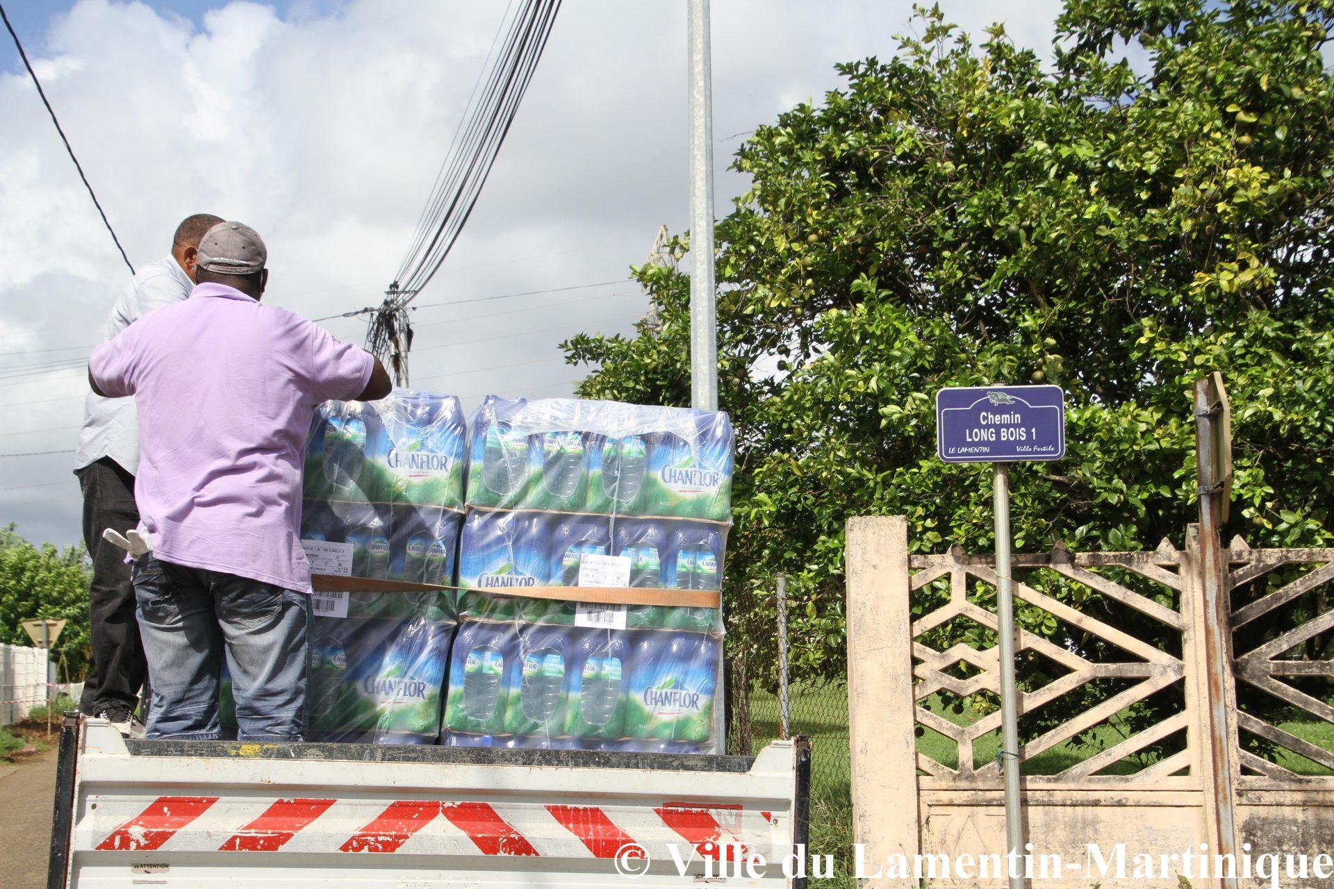 Distribution de bouteilles d'eau dans les quartiers